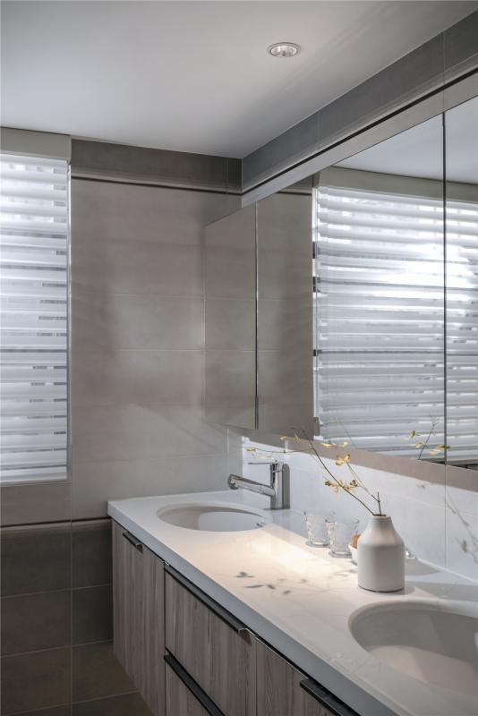 淡雅的色调,充足的采光,主卫同样在空间的储藏性能上花功夫。上排的镜子和洗手台下的柜子,大大提升了收纳功能。