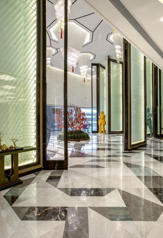 """大堂是对客人的第一印象,在此设计师添加现代""""园林""""设计元素,展现不同的创意设计吸引眼球并给予感受"""