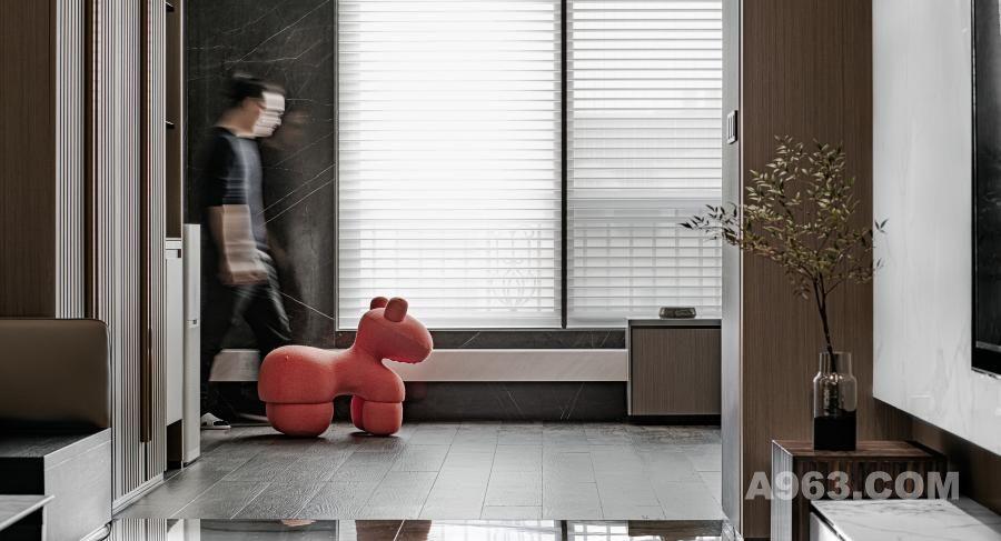 入户茶憩区  Home tea break area  此空间运用了不同的材质做了完美的融合,巧妙地运用差异性凸显出区域的功能性。大尺寸入户阳台与落地窗的搭配无限放大景观界面,光景被最大化地保留于空间之中,温润了空间温度,也提升了身心灵的舒适感受度。   This space uses different materials to make the perfect fusion, skillfully uses the difference to highlight the function of the region. Large size into the balcony and windows with unlimited magnification of the landscape interface, the view is maximized in the space, warm space temperature, but also enhance the comfort of the body and mind.
