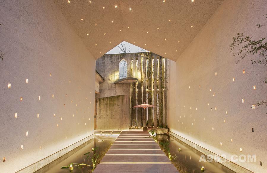 入口,涉水而入,墙上有呼吸错落的萤火虫灯光