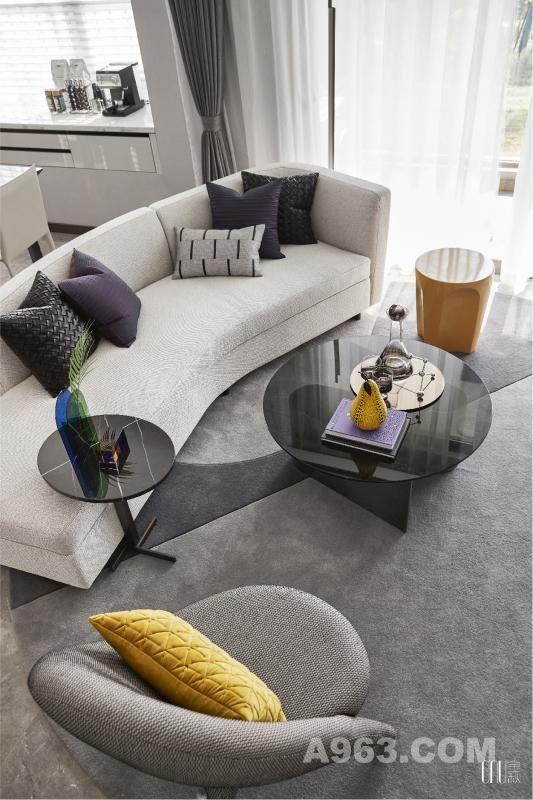 整体设计偏现代简约风,采用无彩色系,以黑、白、灰三大主色调,展示现代住宅的明快及冷调,材质选择,则以轻盈、空灵为主,如人造装饰板、玻璃、金属、塑料凳,用直线表现整体环境的极简美。