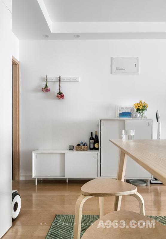 入户玄关,选择了一套小脚组合柜,简白的配色实用整洁,高低的搭配层次分明,桌面上还可以放置一些画框鲜花装饰,或是用收纳盒存放钥匙等零散物件。
