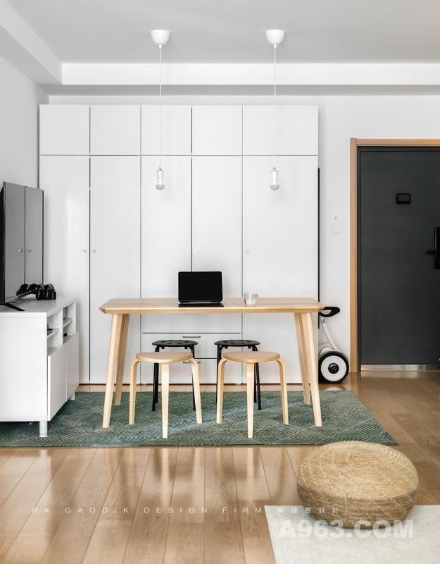 餐厅是开放式的,紧邻门口,弱化了棱角的实木餐桌椅加上一块灰绿色的地毯简单的将餐厅空间独立了出来,使得餐厅位既有独立的空间又没有边界的束缚。
