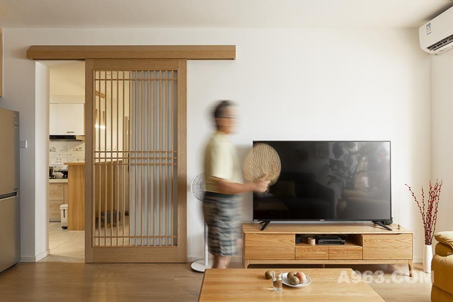项目地址:中国深圳·深物业新华城 设计面积:73㎡ 全案设计:東馬设计 设计时间:2019年06月 拍摄时间:2020年06月 材料运用:木地板 木纹砖 涂料 饰面板