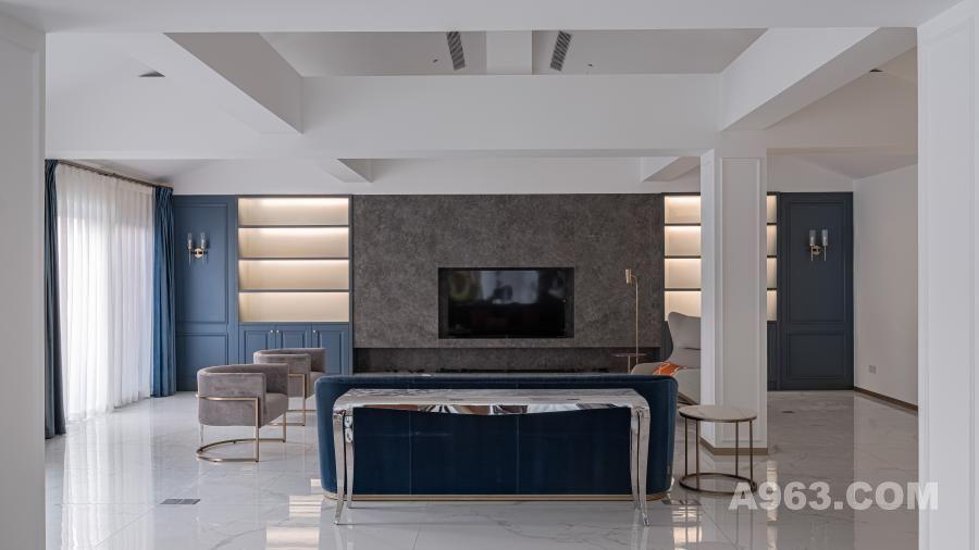 △客 厅 楼梯位置改动,展现原始建筑空间结构之美。客厅作为空间枢纽区域,其横轴动线贯穿玄关、餐厅、西厨,形成一种流动之美,构筑T型视觉张力。画饰摆件以轻松姿态,绽放优雅。客厅电视背景墙材质与玄关造型材质相辅相成,搭配线条感极佳的轻奢组合沙发,使整个空间优雅又不失时尚感。暖灰色调与爱马仕橙及金色的演绎,在微澜的日光下依然流露出低调有品质的生活主张。落到细处的生活,也不过是听得见的云雀和鸣,看得见的温暖织物,以及感受得到的那份洋溢明媚的幸福感。