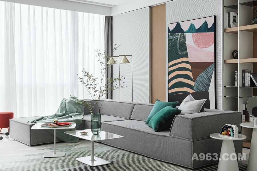 客厅保留了原有空间的通透感,延续了客餐厅的贯通。同时选择了在活动柜体上装饰版画的手法,让版画的装饰位置富于变化、灵活自如。