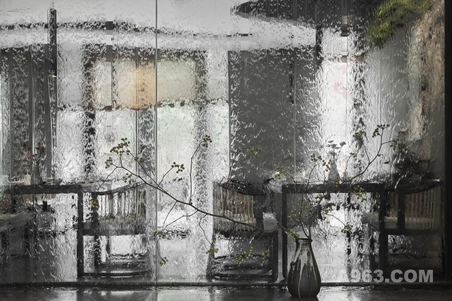 """云上有溪:(一层散台): 散台有流水水幕,棚上为""""云""""。与吧台采用的自然花岗岩相互呼应。谷中:品美食、闻茶香、观云山、听流水、聊私语。 There is water curtain beside the scattered tables, and the"""