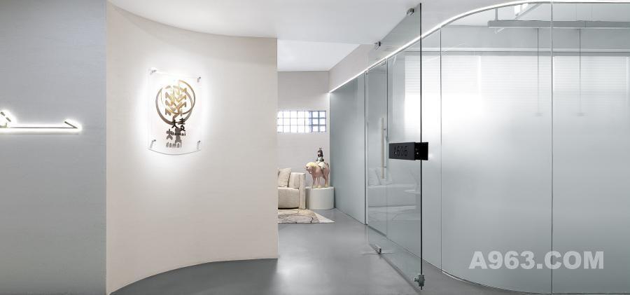 """▲入口 进门处采用了""""入""""字形的构造   半掩半遮既能起到引导作用又能保护隐私性 同时作为展厅和办公室公用的过渡地带"""