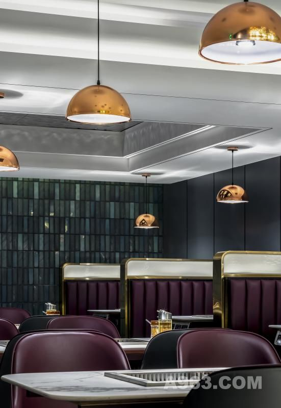 轻松欢快的基调是设计的基础,搭配趣味十足的时尚装饰元素,打造出具有当下流行特点的前卫化风格餐厅。不同元素的碰撞,多种风格的融合,为单一的用餐环境增添了一抹创意。入口放置巨大的网红公仔,迎接进店的每一位食客,享受一场视觉与味觉的盛宴。
